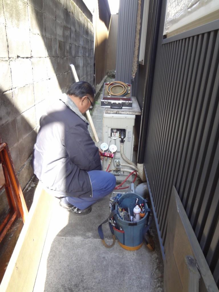 修理完了、室外機側で圧をかけテスト ガス温度、出51℃、入り41℃ ※室外機は排気がサーキュレーションを起こさないよう設置が肝要