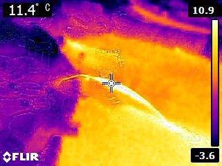 温度分布写真  赤外線カメラ温度計による撮影1月31日PM10:30 中央は11.4℃を示している。放射温度計ではもっと暖かだ。赤い部(水)は温度が高く、地面(青)は低い。