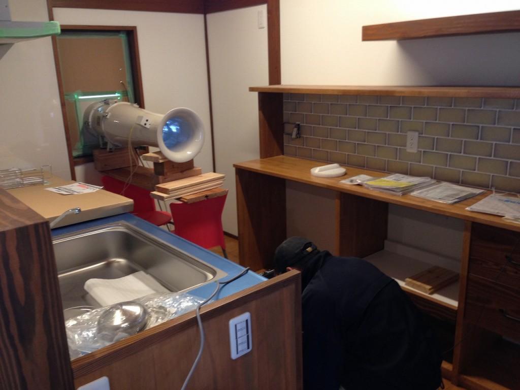 キッチンの窓に気密試験器設置