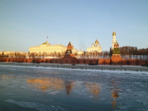 モスクワ川氷結、クレムリン前にて2011年1月8日 ペテルブルグのネバ川は完璧な氷原となっていた。