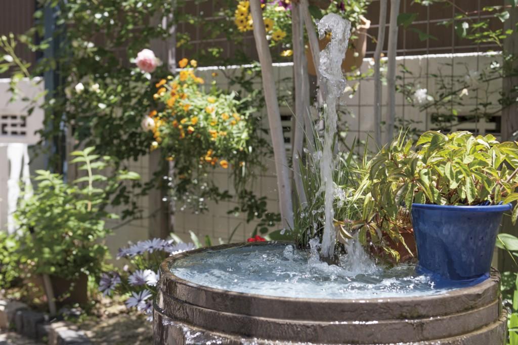小さな噴水。夏は打ち水効果でひんやり涼しい