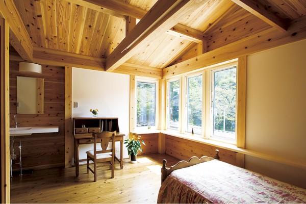 無垢材に囲まれた寝室