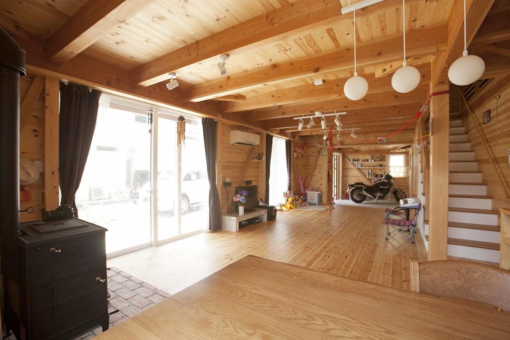 無垢材たっぷりのログハウスのような室内