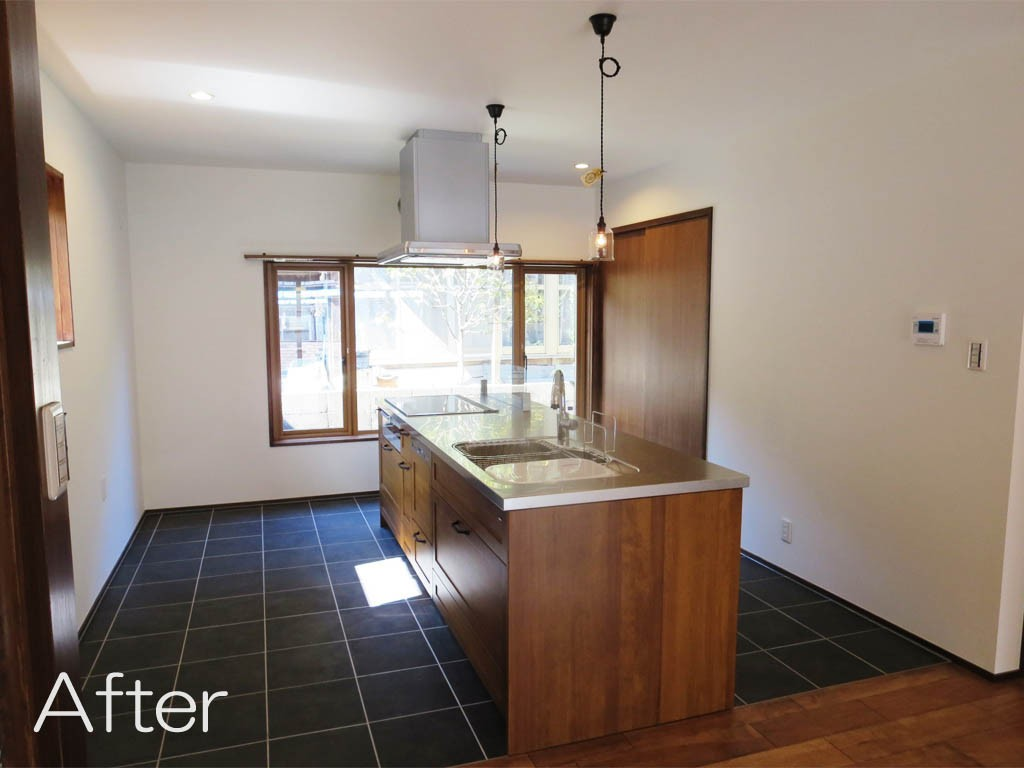 無垢のキッチンとタイルのコントラストが美しい