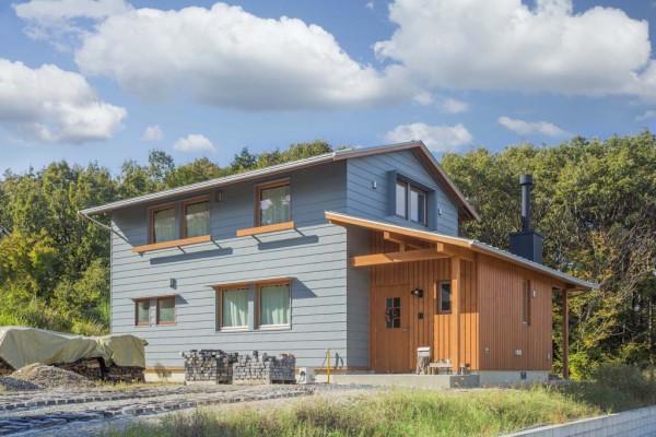 横張のガルバリウム鋼板と木板張りの外観