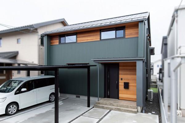 外壁はモスグリーンのガルバリウム鋼板