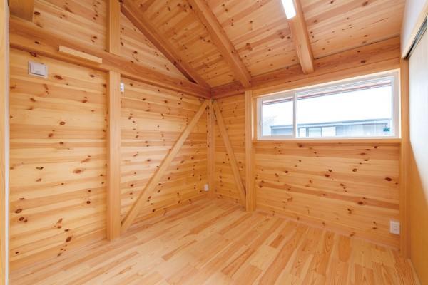 2Fはログハウスのようなウッディーな空間「板倉」