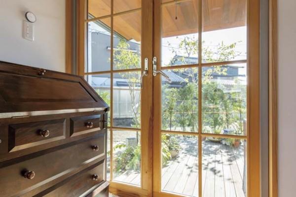 気密性・断熱性の高い三重ガラス木製サッシ