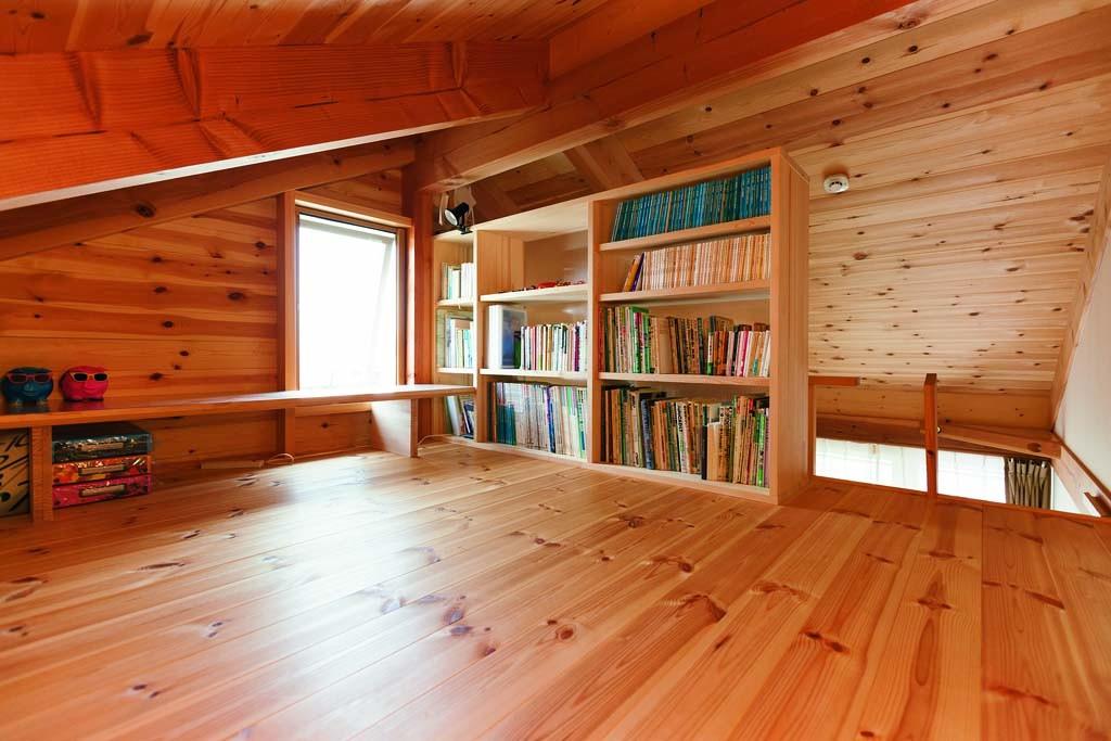 ロフトの書斎で気持ちをリラックス
