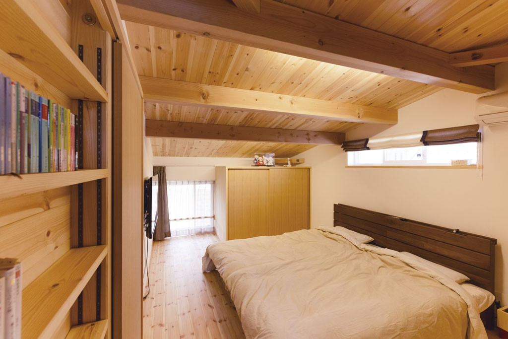 少し天井が低い寝室