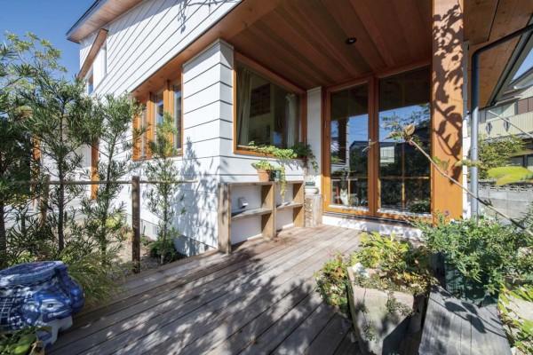 白色のガルバリウム鋼板と木窓のフレンチドア