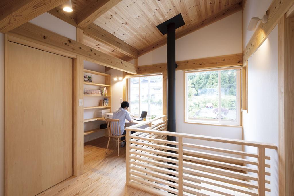吹き抜けの横の書斎は自然光と自然の木に囲まれた心落ち着く場所。