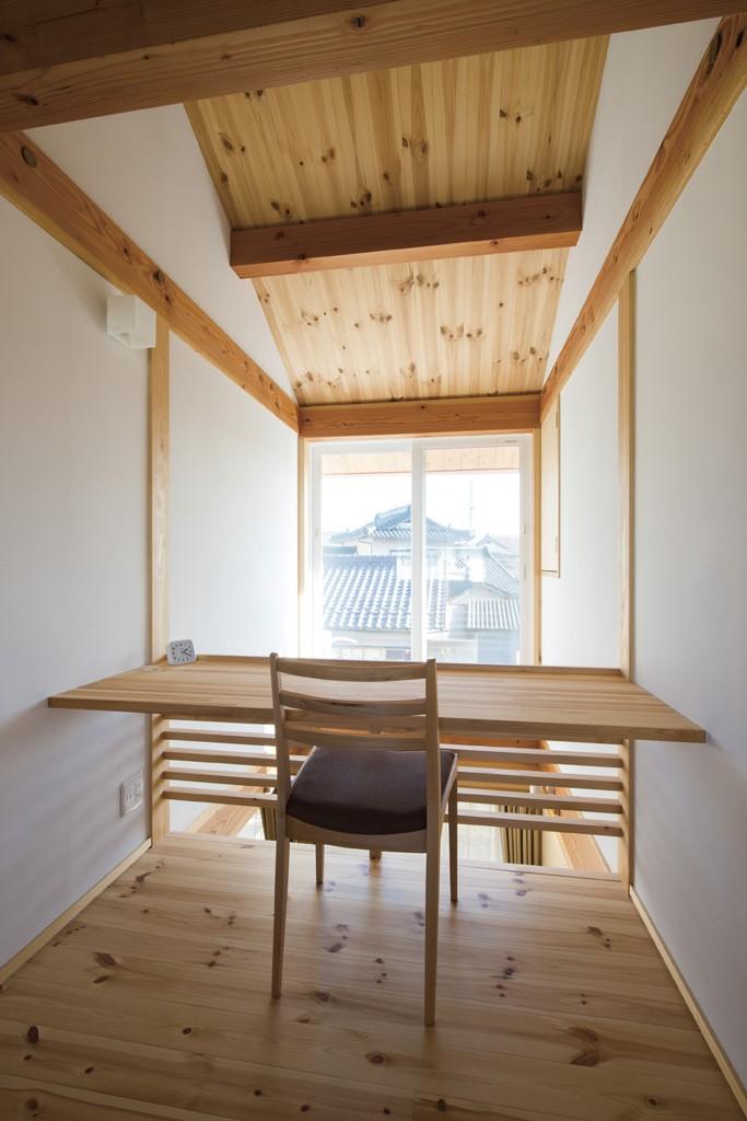 二階のホールには大きな窓と吹き抜けと面したカウンターテーブル